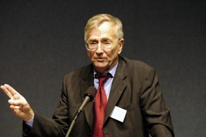 Seymour Hersh speaks at the 2004 Letelier-Moffitt Human Rights Award ceremony.
